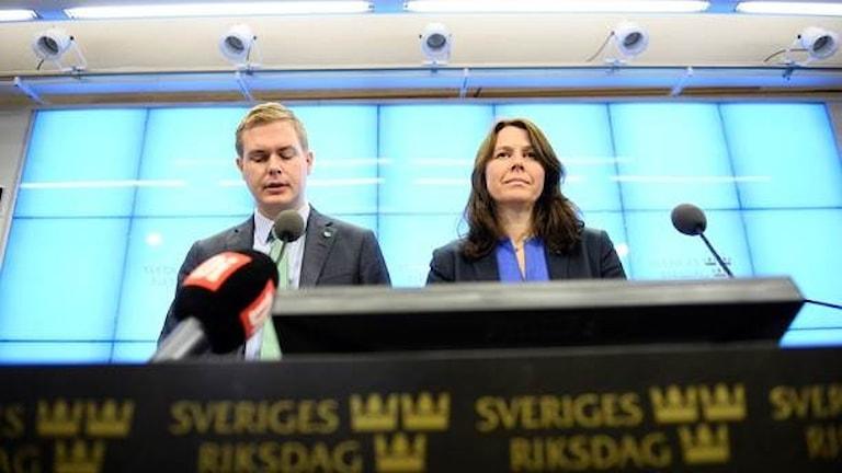 Gustav Fridolin thaj e   Åsa Romson  MP språkören andi press konferencia. Foto:Maja Suslin/TT