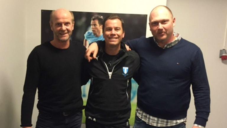 Peter Christenson (Sportgruppen FKK), Daniel Andersson (Sportchef MFF) och Mikael Lagman (Sportgruppen FKK) håller om varandra och ser nöja ut