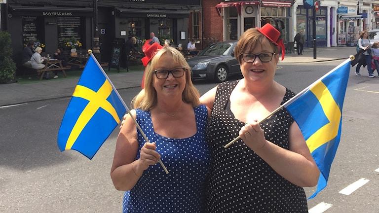 Ing-Marie Trygg med syster Kristina Hansson festklädda inför bröllopet i London.