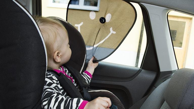 Barn i bil på semestern.