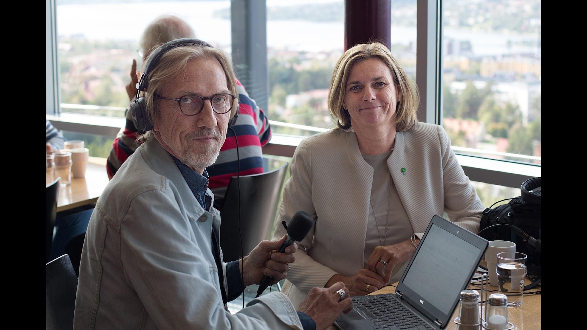 Erik Blix möter Isabella Lövin (MP) i Östersund