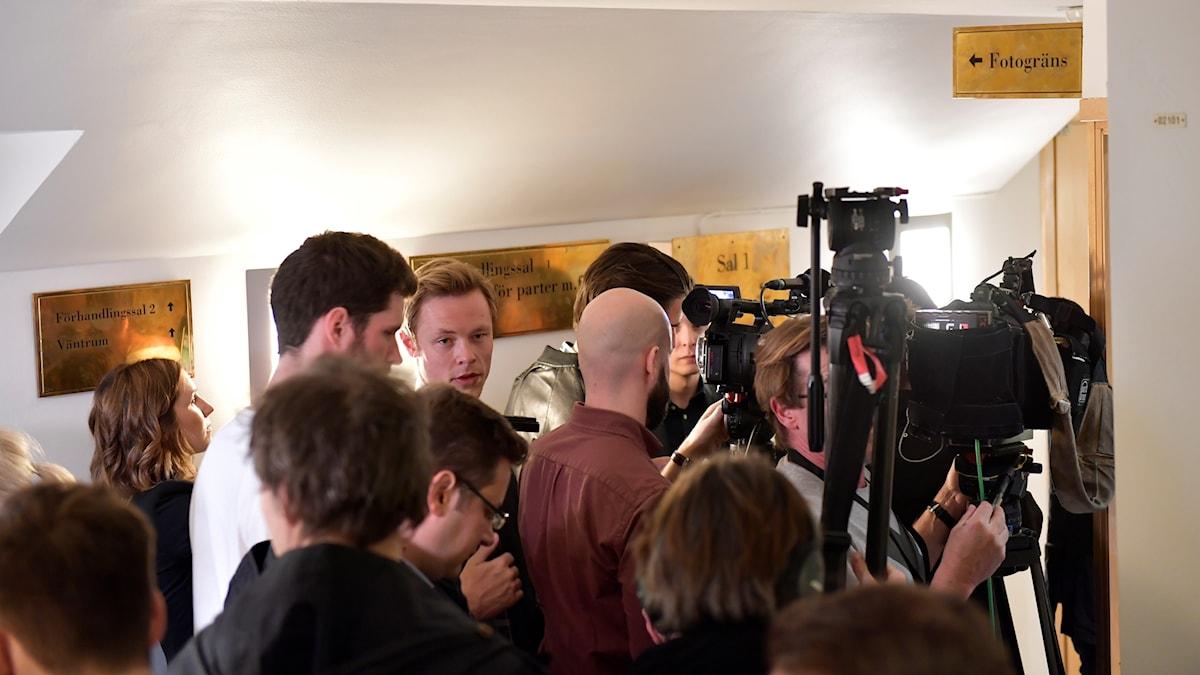 Media bevakar häktningsförhandlingen