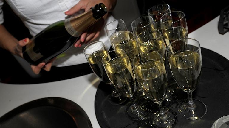 Champagne hälls upp i glas