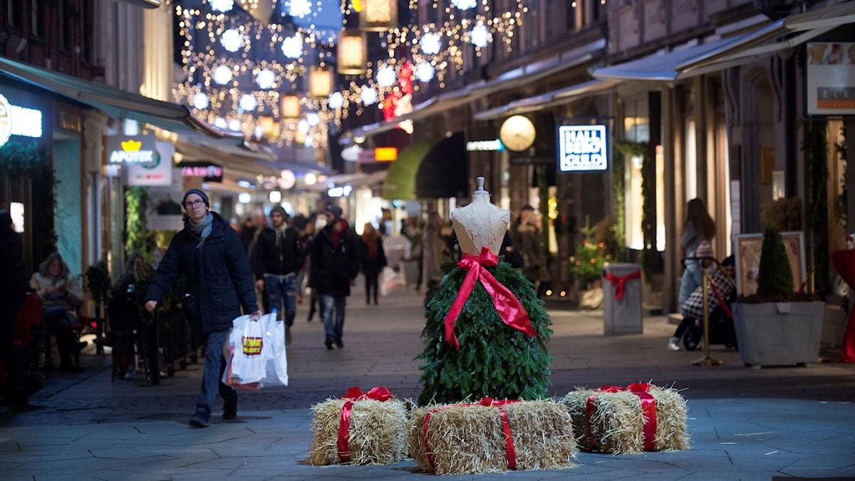 Julutsmyckning på gågatan i Helsingborg där julklappsinköpen pågår.
