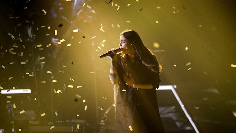 Miriam sjunger i ett hav av confetti