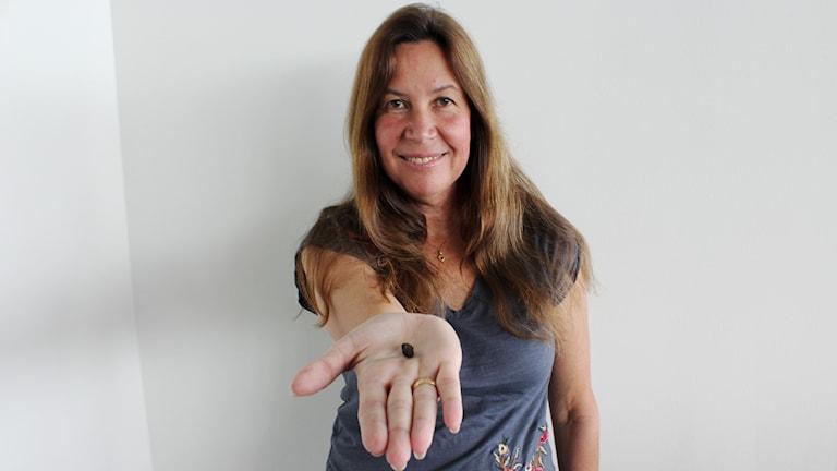 Maria Sundin med en bit av den meteorit som slog ner på jorden 2013.
