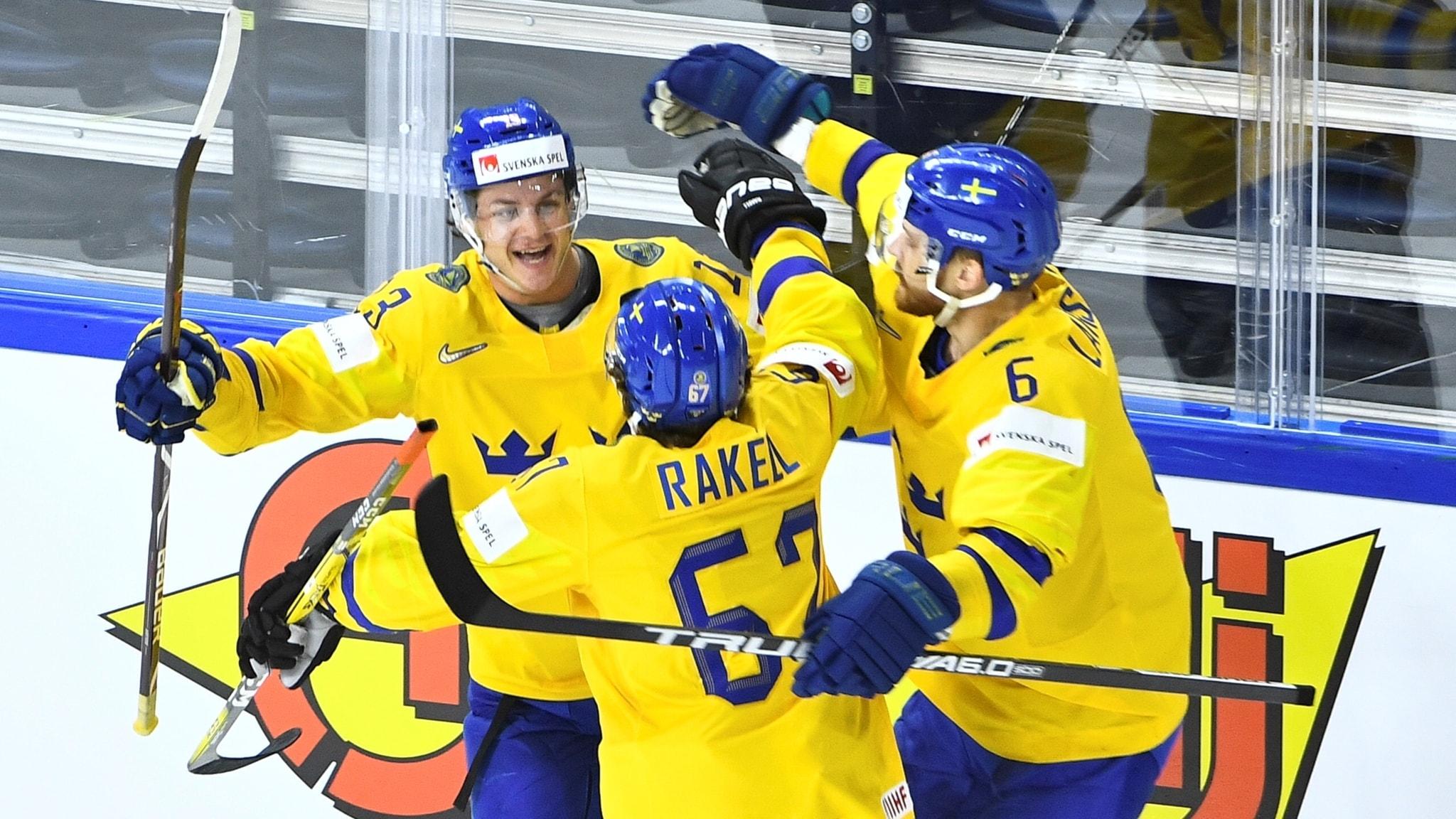 Svenska hockeyspelare kramas.