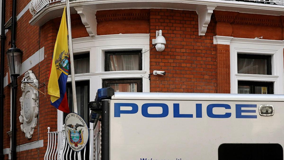 Assange gripen av brittisk polis.