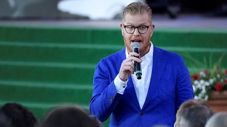 Oscar Magnusson sjunger hyllning till sin far Sven-Erik Magnusson under Allsång på Skansen i somras.