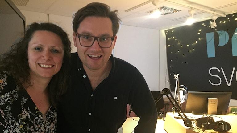 Svjetlana Pastuhovic och Ola Selmén tillsammans i radiostudion.
