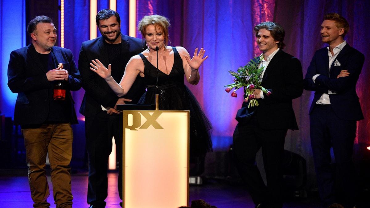 Maria Lundqvist tar emot pris för årets film på QX-galan