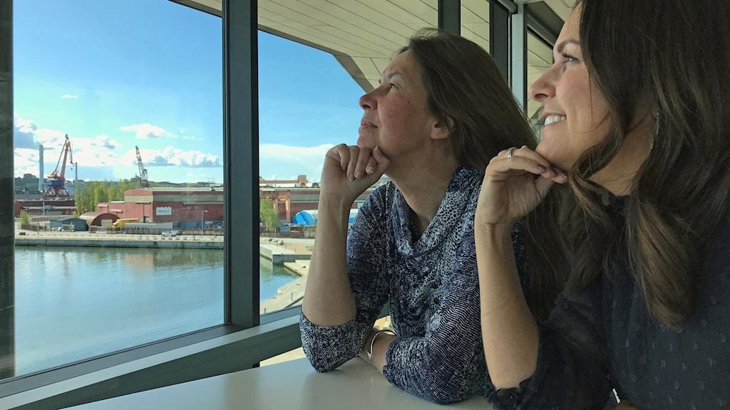 Sarit och Maria blickar ut i rymden.