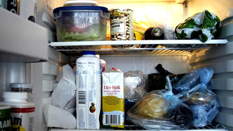 Överfullt kylskåp.