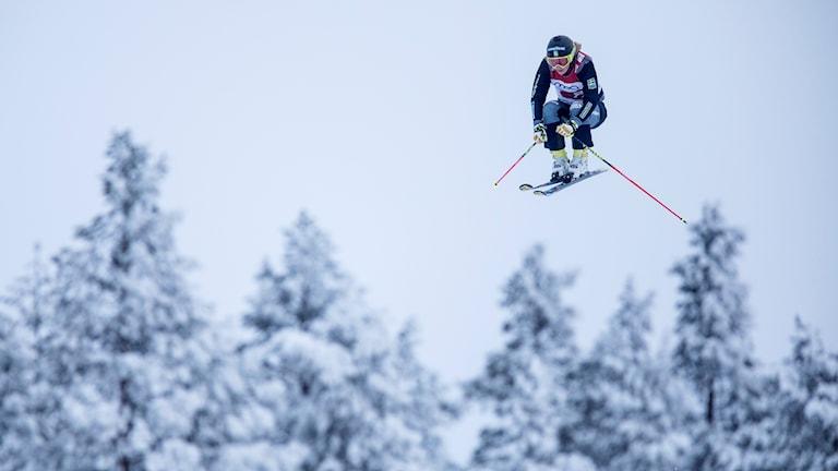 Sandra Näslund i luften på skidor