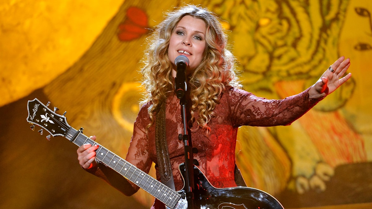 Pernilla Andersson på scen med gitarr