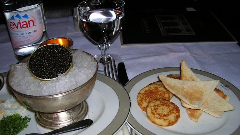 Belugakaviar med blinis och sourcream på Woleseley restaurant i London. FOTO: Wikimedia Commons