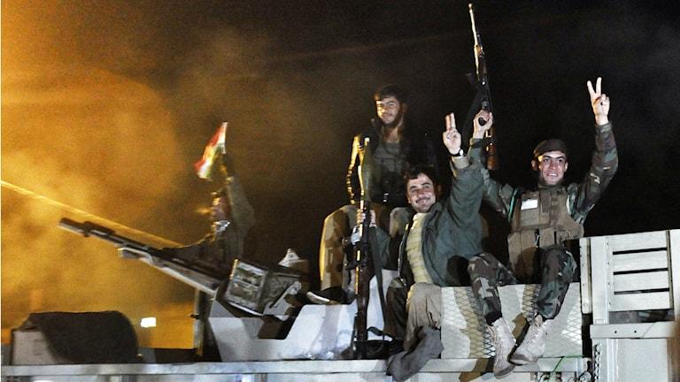 Peshmergastyrkor på väg mot Kobane i ett militärfordon