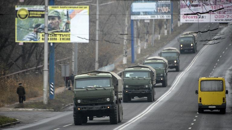 Konvojer utan märkning rullade in i Makiivka i östra Ukraina. Foto: AP Photo/Mstyslav Chernov/TT