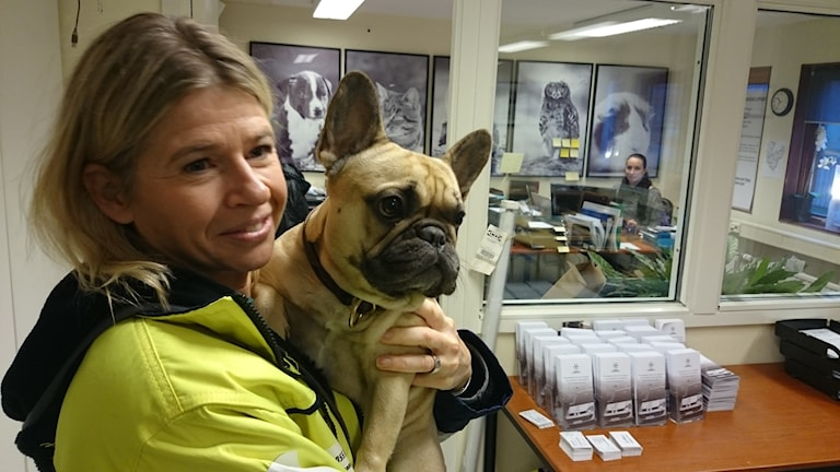 Marianne Karlsson med hunden Vera på kontoret i Göteborg