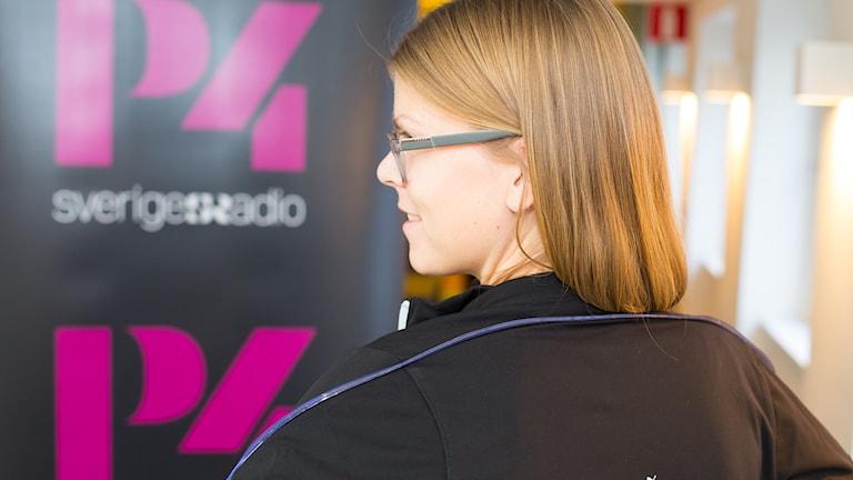 Terese Alvén visar en jacka med ljuslist. Foto: Åsa Stöckel/Sveriges Radio