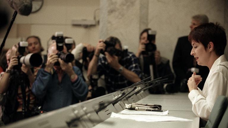 Mona Sahlin på presskonferens inför flera fotografer.