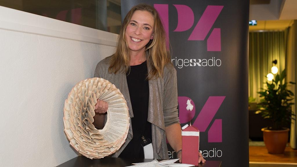 Helena Lyth och julpyssel. Foto: Åsa Stöckel/Sveriges Radio