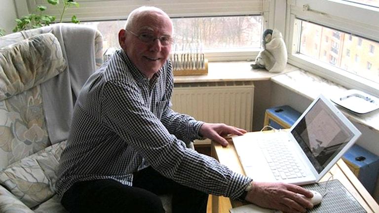 "Stig ""Stigge"" Bergstrand framför datorn. Foto: Anna Landelius/Sveriges Radio."