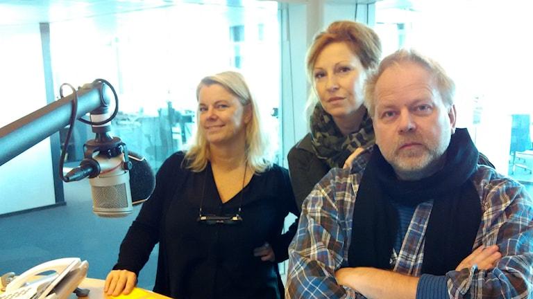 Carin Hjulström gästas av Anna Mannheimer och Peter Apelgren. Foto: Jesper Cederberg/Sveriges Radio
