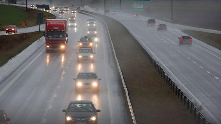 Biltrafik på regnig väg. Foto: Drago Prvulovic/TT