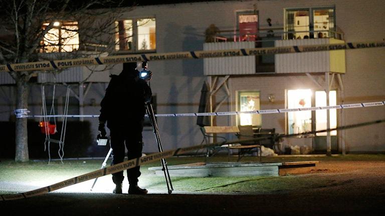 Polis utanför ett bostadshus. Foto: Adam Ihse/TT