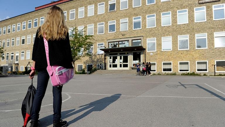Flicka på skolgård. Arkivbild. Foto: Janerik Henriksson/TT