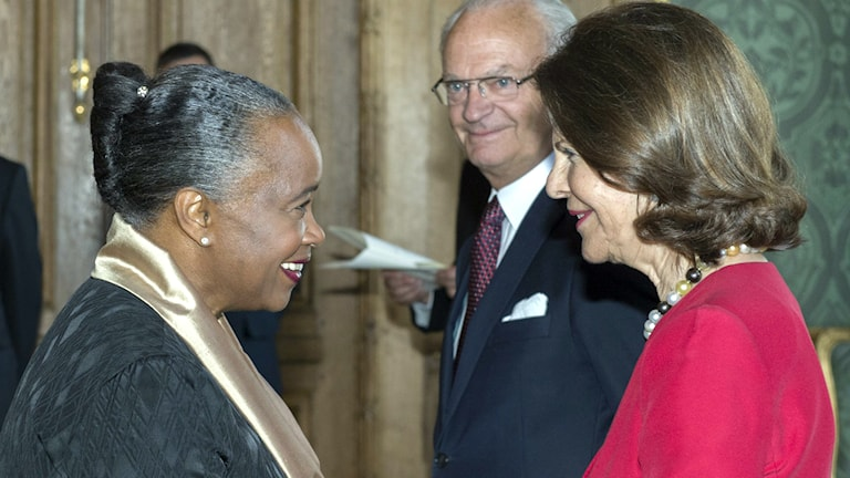 Barbara Hendricks får H.M. Konungens medalj i 12:e storleken i högblåttband av drottning Silvia och kung Carl Gustaf. Foto: Leif R Jansson/TT