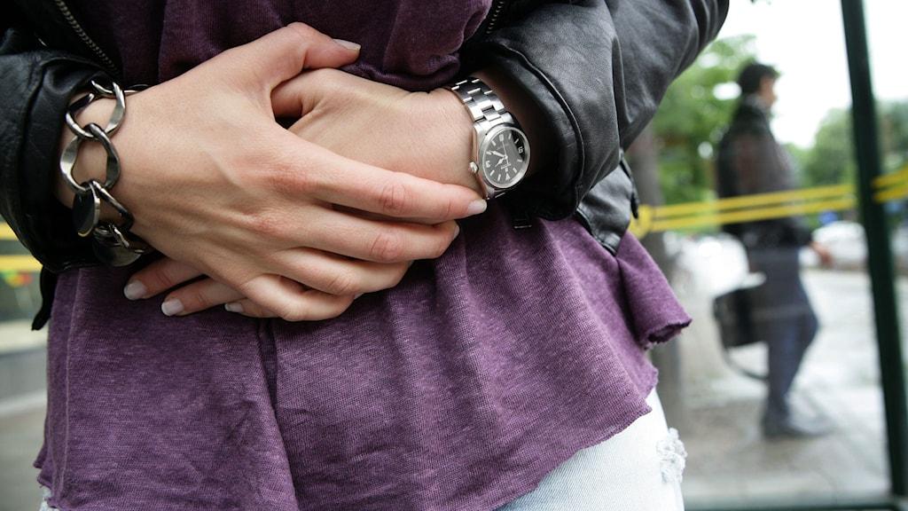 Kvinna håller sig före magen. Foto: Fredrik Persson/TT