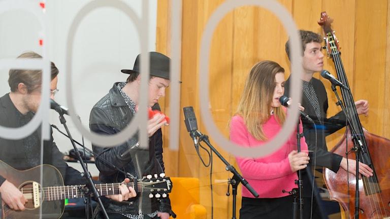 Echosmith spelar akustiskt i P4 Extras studio. Foto: Åsa Stöckel/Sveriges Radio
