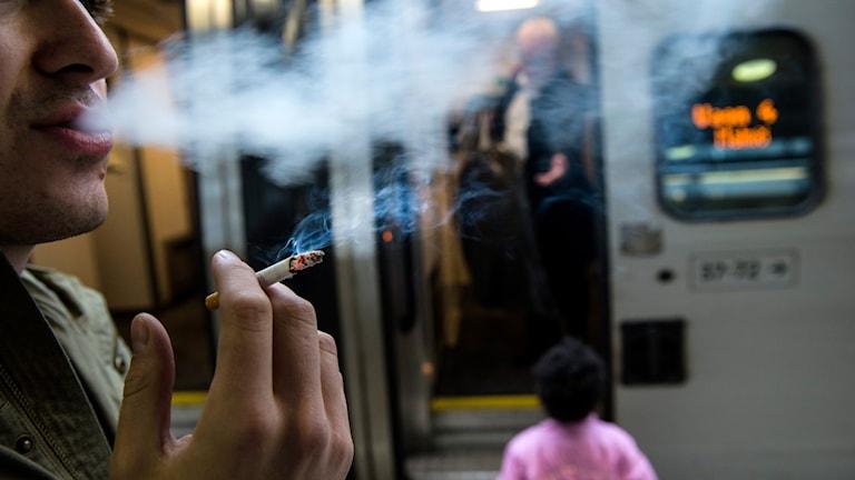 Man röker på perrong. Foto: Pontus Lundahl/TT