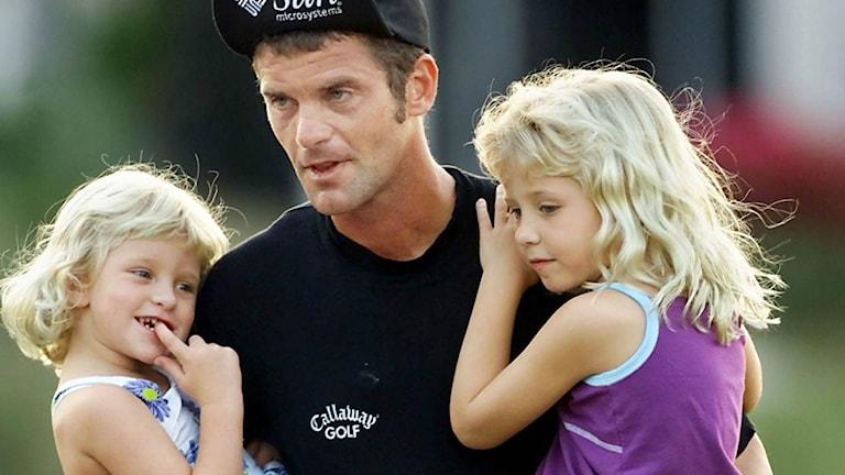Jesper Parnevik med döttrarna Penny och Peg år 2001. Foto: AP Photo/Tony Gutierrez/TT