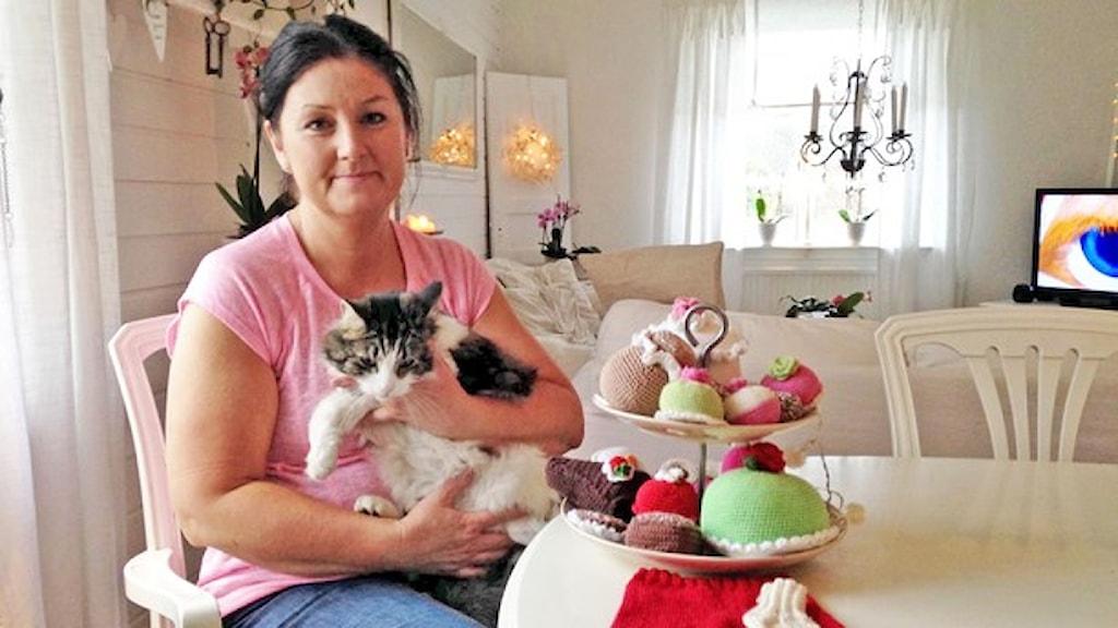 Mia Jacobson och katten Melvin. Foto: Robert Ojala/Sveriges Radio.