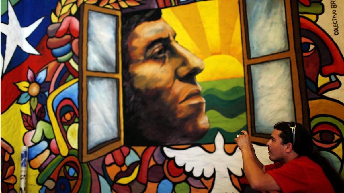 Mural på Victor Jara vid hans begravning 2009. Det var då Jara fördes till sin sista vila – 36 år efter sin våldsamma död vid militärkuppen i Chile 1973. Foto Roberto Candia/TT