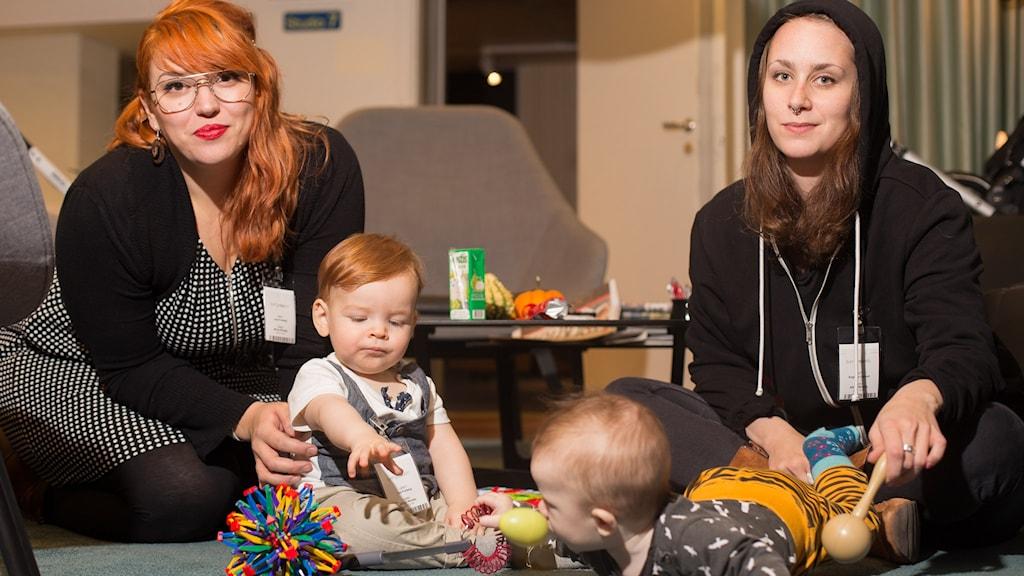 Lena Furberg och Angelica Ogland med deras barn. Foto: Åsa Stöckel/Sveriges Radio.