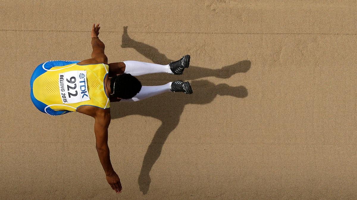 Michel Torneus hoppar. Foto: Wong Maye-E/AP Photo/TT