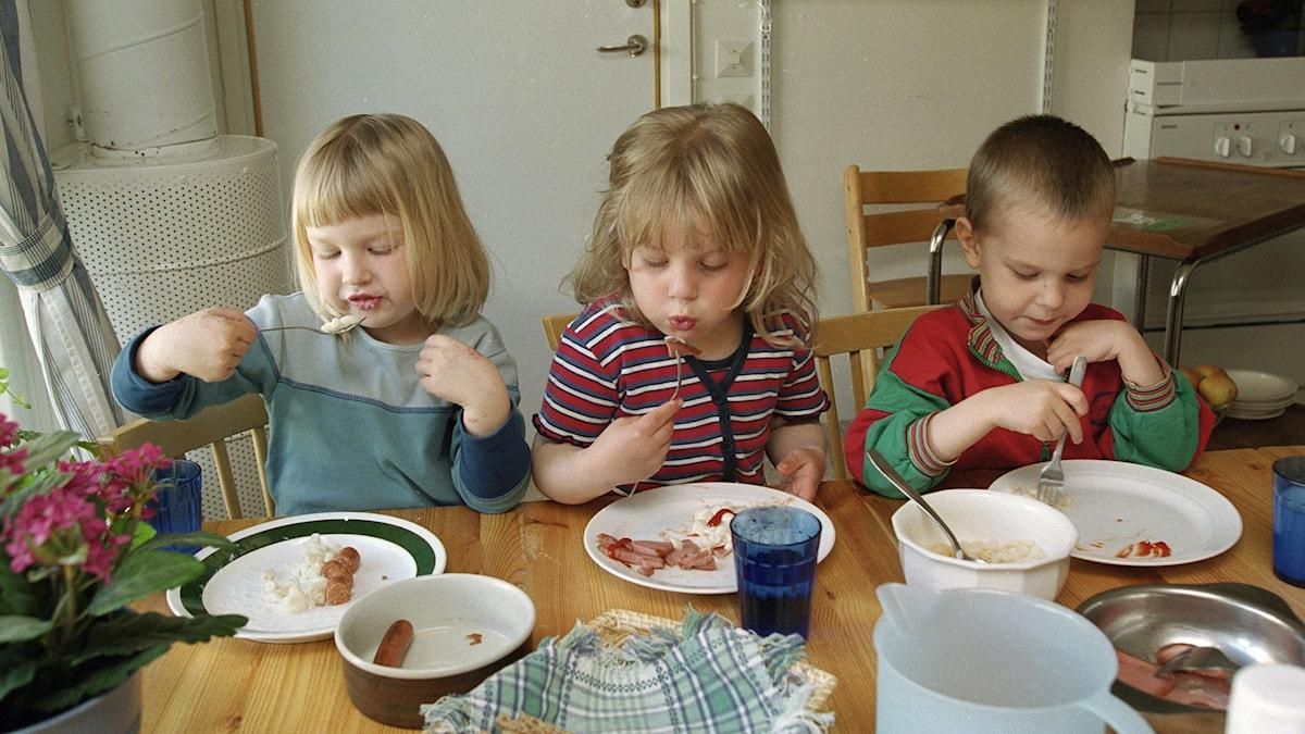 Flera barn äter. Foto: Erik G Svensson/TT