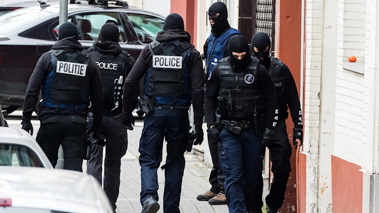 Tungt beväpnad polis i Bryssel. Foto: Geert Vanden/AP Photo/TT