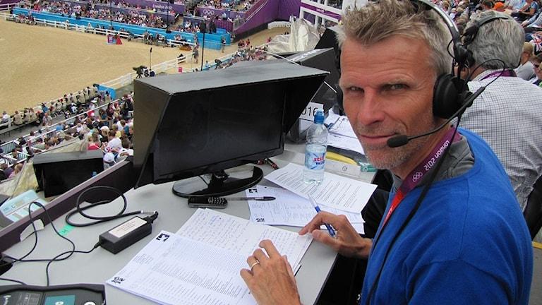 Radiosportens Christian Olsson på plats i Greenwich Park, där ridsporten avgörs under OS 2012. Foto: Martin Sundelius/Sveriges Radio.