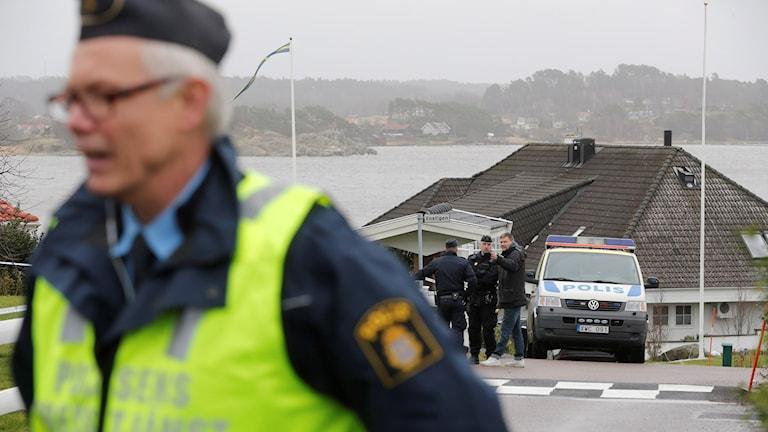 Poliser och avspärrningar i villaområdet. Foto: Adam Ihse/TT