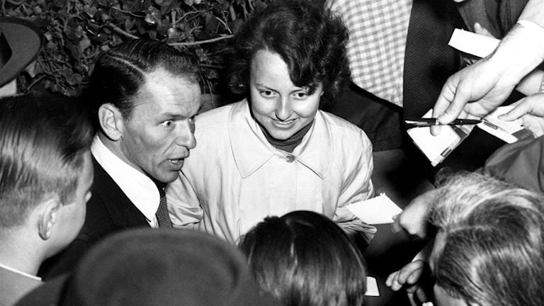 Frank Sinatra omgiven av fans på Skansen 1953. Foto: SVT