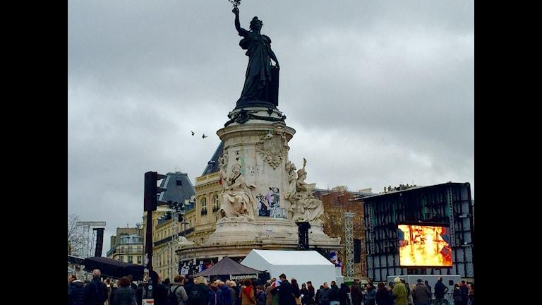 Folk samlas för att manifestera i Paris. Foto: Beatrice Janzon