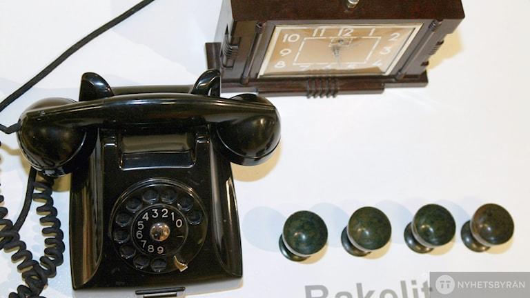 bakelittelefon, knoppar, klocka