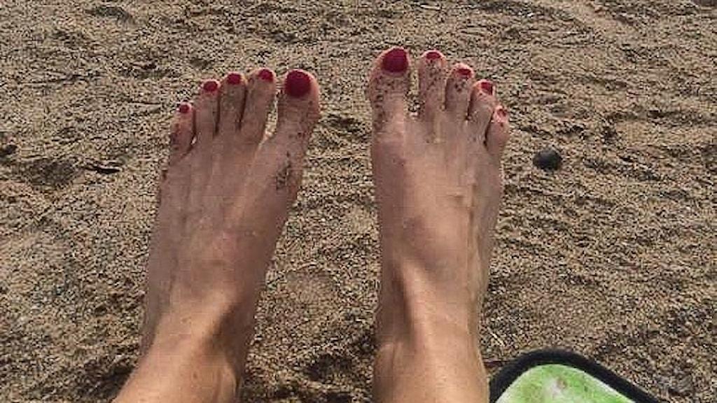 Selfie-fötter på sandstrand. Foto: Anna Forslin