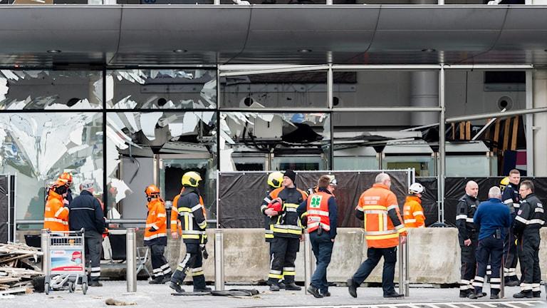Sprängd byggnad och räddningsarbetare