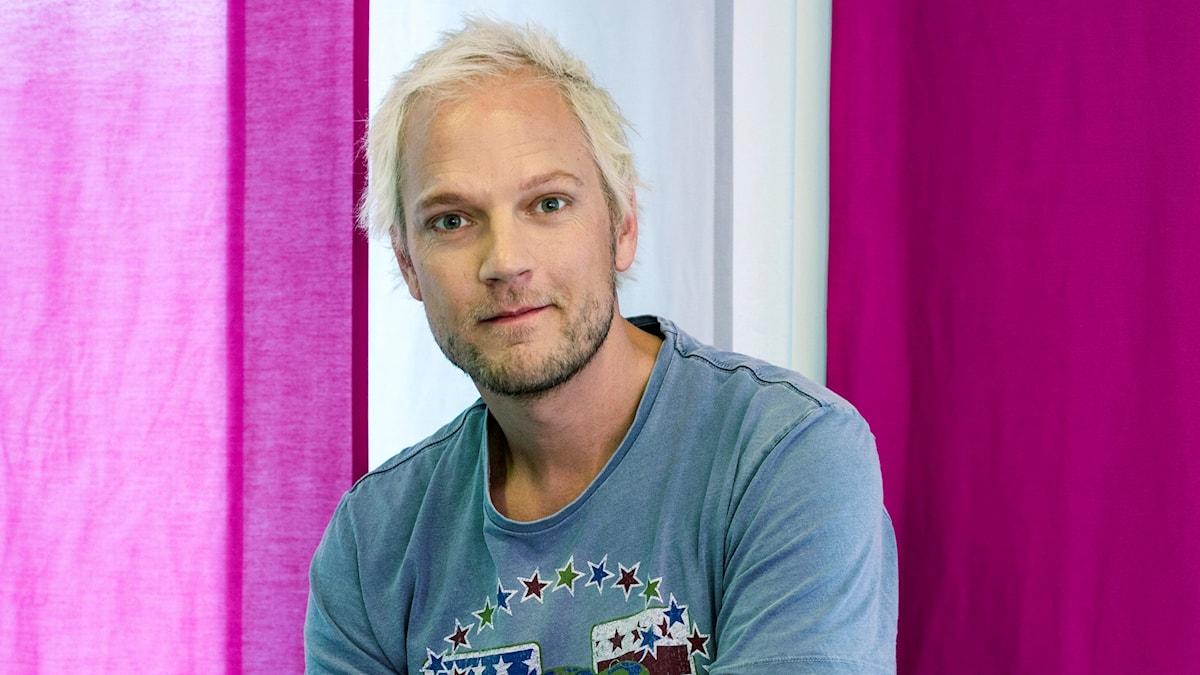 Minas gäst i dag är komikern Thomas Järvheden.